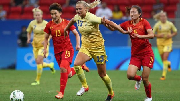Rolfö tente d'échapper au marquage chinois (photo FIFA.com)