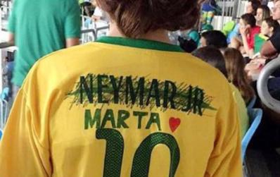Le maillot du jeune garçon avec Neymar rayé et un coeur pour Marta a fait le tour des réseaux sociaux (photo Twitter)