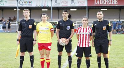 Manon Rouzies avec les arbitres et la capitaine de l'Athletic Bilbao