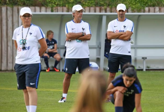 Olivier Echouafni, à droite, aux côtés de Bruno Valencony, en charge des gardiennes et de son adjointe Cécile Locatelli, à gauche (photo Antonio Mesa/FFF.fr)