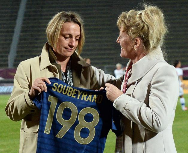Soubeyrand avait été honoré d'un maillot en septembre 2013, ici avec Brigitte Henriques (photo FFF)