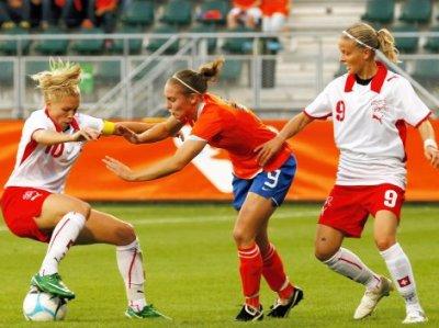 Dickenmann (à gauche) et la Suisse obtiennent le nul (photo : Leo Soeters/vrouwenvoetbalnederland)