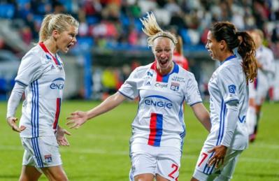 Hegerberg, Bremer et Majri se congratulent après le but de la Norvégienne
