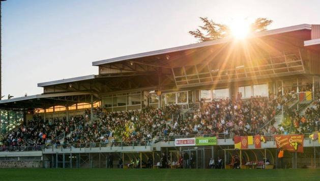 La tribune principale du Stade Paul Lignon dimanche dernier (photo Mica GBM Phootorafettes)