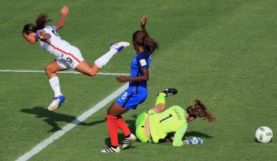 Chavas jaillit devant Pugh (photo FIFA.com)