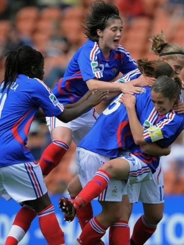 La joie des Tricolores après le but de Poulain (foto-net/fifa.com)