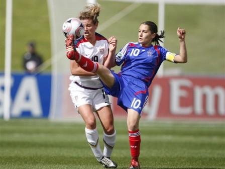 Solène Barbance et la frappe tombent de haut (foto-net/fifa.com)