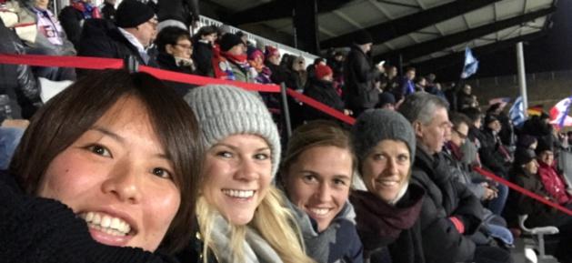 Une tribune bien garnie avec ici Kumagai, Hegerberg, Abily et la jeune retraitée Viguier (Twitter)
