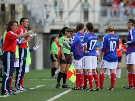 Stéphane Pilard et les joueuses lors de Chili - France