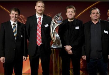Les représentants du groupe B : Willi Hink (Allemagne) et les sélectionneurs islandais, norvégien et français (photo : uefa.com)