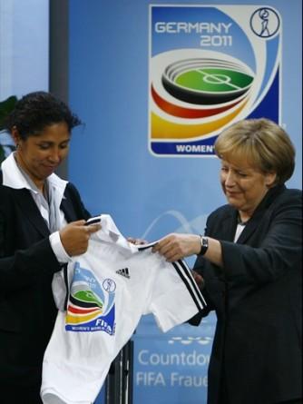 La chancelière allemande Angela Merkel aux côtés de Steffi Jones