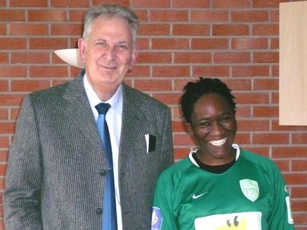 La Camerounaise Mbah avec le présitdent héninois Michel Houvenaeghel (photo : Eric Duchateau)