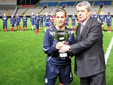 Fara Williams reçoit le trophée (photo : S. Duret)