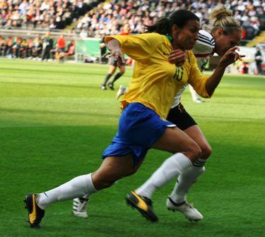 Marta à la lutte avec Babett Peter (photo : Tom Schlimme/fansoccer)