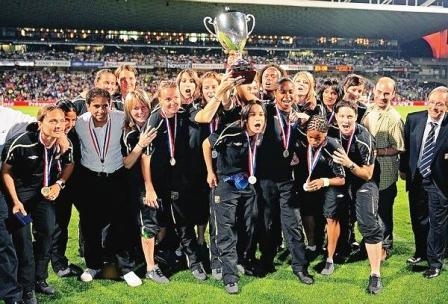 Les Lyonnaises ont reçu le trophée à Gerland (photo : LP)