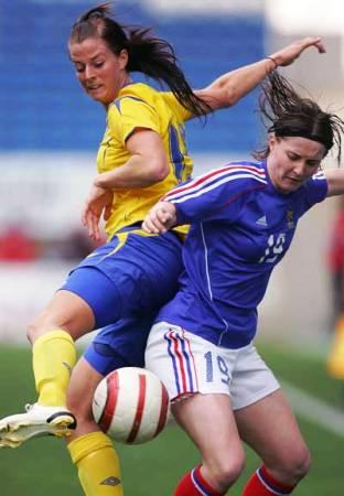 Amélie Coquet, ici face à Schelin en 2006, retrouve la sélection nationale