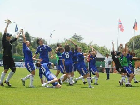 Les Françaises fêtent leur troisième place (photo : uefa.com)
