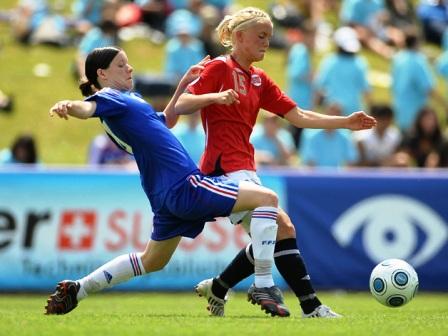 Anaig Butel à la lutte avec Mork (photo : uefa.com)