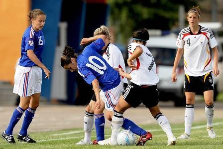 Solène Barbance à la lutte avec deux Allemandes (photo : uefa.com)