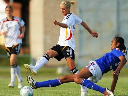 Tacle de Wendie Renard (photo : uefa.com)