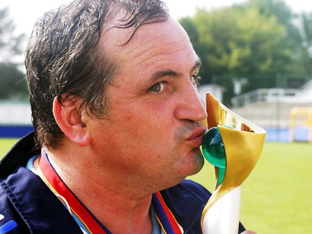 Bruno Bini avec le trophée décrochée avec Elise en 2003 (photo : uefa)