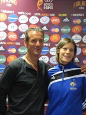 Ce magnifique arrêt lui valut les honneurs de l'UEFA (pose devant le tableau des partenaires avec sa fille !)