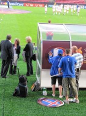 Sur chaque banc des joueuses un système très au point permet de changer à volonté le drapeau des équipes