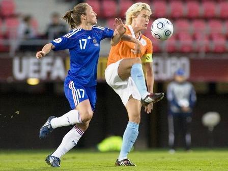 Thiney à la lutte avec Koster (photo : uefa.com)