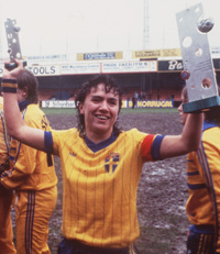 La capitaine suédoise avec le premier trophée (photo SVF)