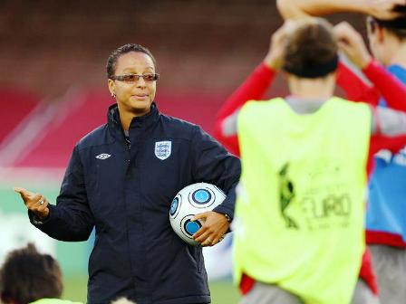 Hope Powell et l'Angleterre en outsider (photo : uefa.com)