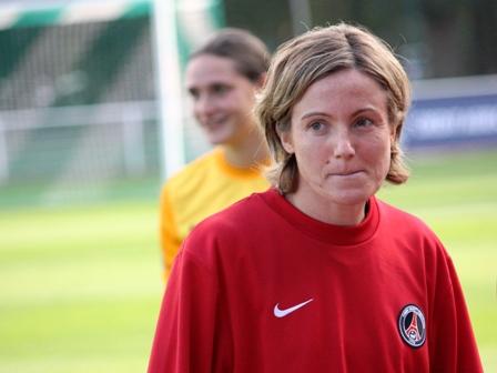 Sonia Bompastor avec une tenue du PSG (photo : Sébastien Duret)