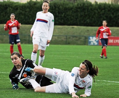 Schelin bute ici sur Chauvet mais Lyon s'impose 9-0 (photo : Van Gol)