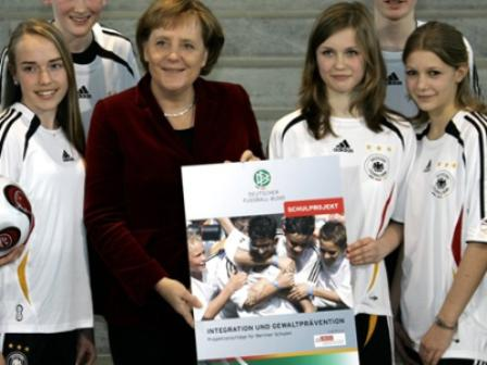 La Chancelière allemande Angela Merkel au plus près du football