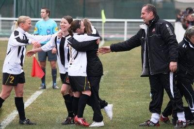 Les joueuses venues réconforter Gwenaëlle Butel (photo : Marc Giachello)