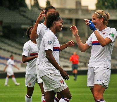 Katia félicitée après son but (photo : Van Gol)