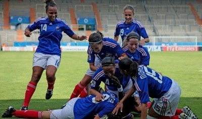 Makanza auteur d'un doublé fêtée par ses partenaires (photo : fifa.com)