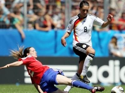 Butel tente d'arrêter Wagner (photo : fifa.com)