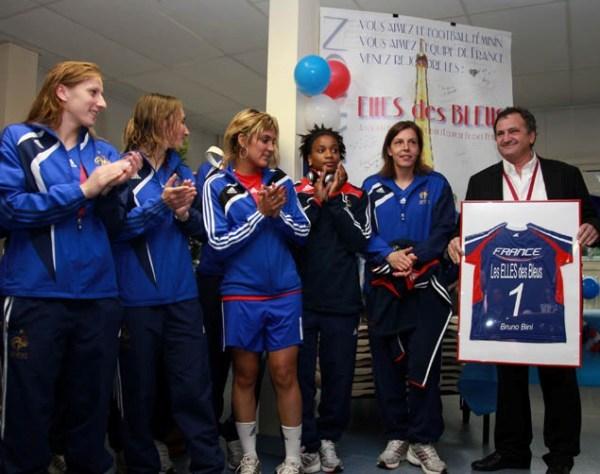Le sélectionneur Bruno Bini et les joueuses lors du lancement à Besançon