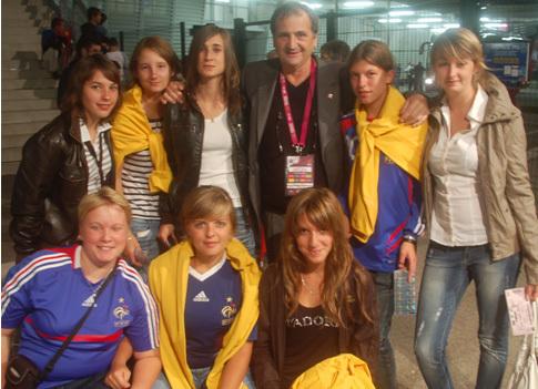 Le sélectionneur Bruno Bini et Gaétane Thiney venus rencontrer les joueuses de l'ASPTT Laon,  fidèles supportrices et futures membres des EllES des Bleus, lors du match à Troyes