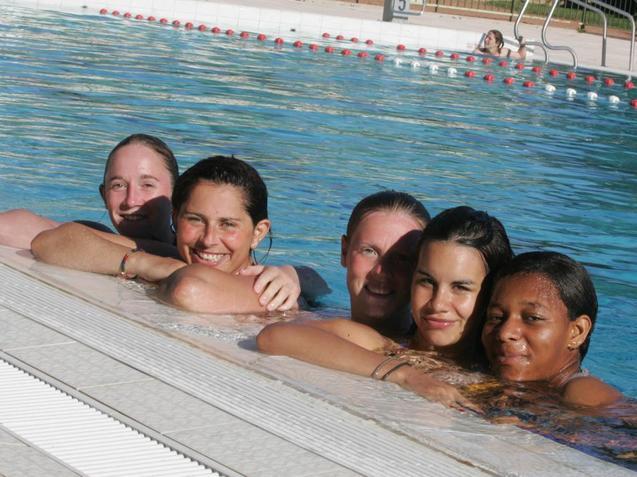 Julie Machart, Virginie Mendes, Gwenaëlle Butel, Charlotte Fernandes et Tanya De Souza à la piscine