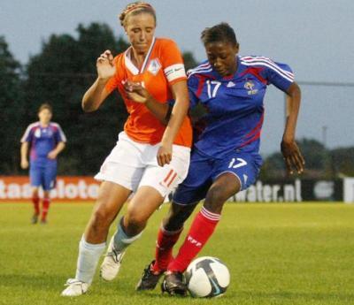 Diani au duel  (photo : Léo Soeters/Vrouwenvoetbalnederland)