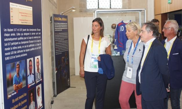Corinne Diacre, Noël Le Graët, avec Elisabeth Bougeard-Tournon en charge du projet du Musée (photo : Sébastien Duret)