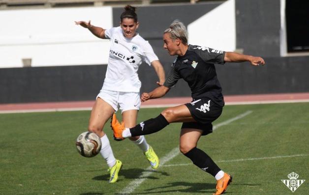 Bilbault tente d'intervenir devant Priscila Borja (photo Real Betis)