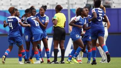 Les Haïtiennes ont fait le spectacle sur le terrain et en tribune (photo FIFA.com)