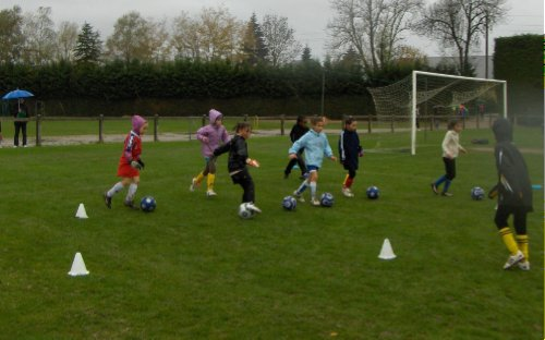 Les jeunes joueuses ont bravé la pluie pour établir un nouveau record de participation sur un rassemblement (crédit photo BF)