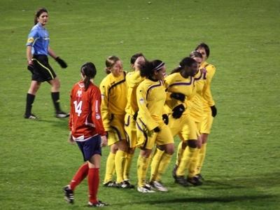 Amani félicitée après son but (photo : Sébastien Duret)