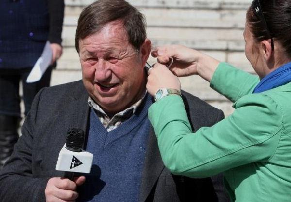 Guy Roux est comme un poisson dans l'eau dans l'univers de la télé et des médias...