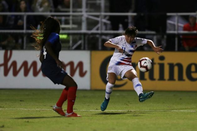 Emeline Saint-Georges à gauche défend devant Kroeger (photo US Soccer)