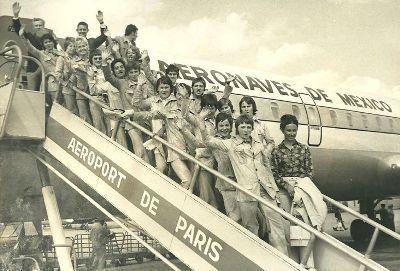Les Françaises devant l'avion qui les emmena au Mexique à l'été 1971