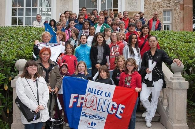Les Elles des Bleus devant le château de Clairefontaine (photo : Eric Baledent/Le Moustic Production)